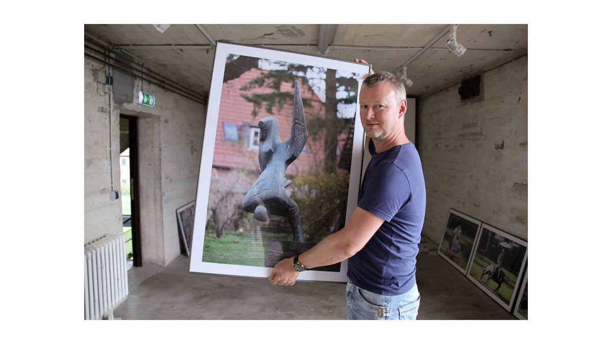 Jan Petersen zeigt Bilder des Projekts KUNST@SH